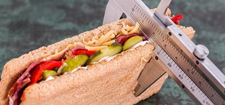Sandwich wird ausgemessen mit Massstab