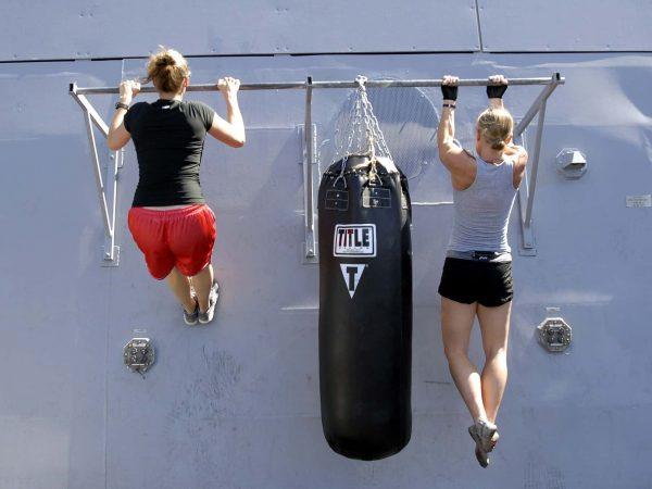 """Klimmzugstangen sind in jedem Fitnessstudio zu finden, aber auch für das Home-Gym eignen sich Klimmzugstangen sehr gut. Als """"Grundübung"""" versprechen Klimmzüge effektives Ganzkörpertraining für Anfänger und Profis. Quelle: Pixabay.com / Skeeze"""