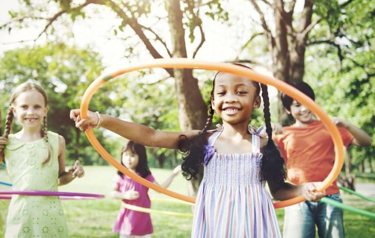Kinder mit Hula-Hoop-Reifen