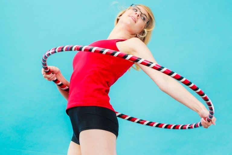 Frau mit Hula-Hoop-Reifen