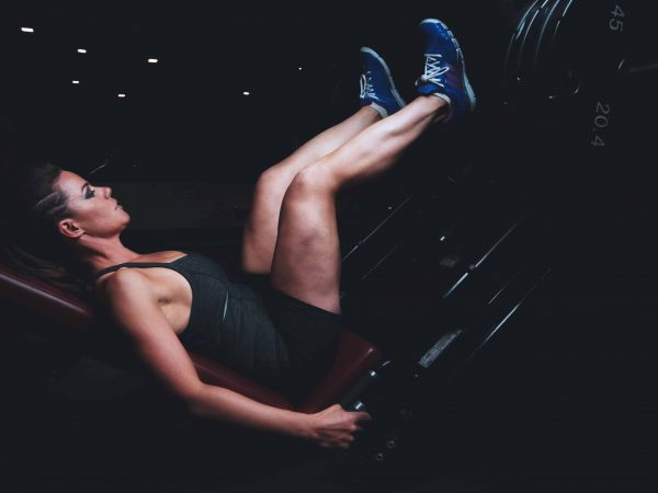 Frau trainiert ihre Beine