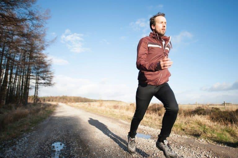 Jogger auf Feldweg
