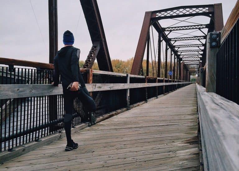 Jogger dehnt sich das Bein