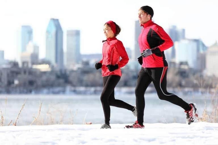 Zwei Jogger im Winter