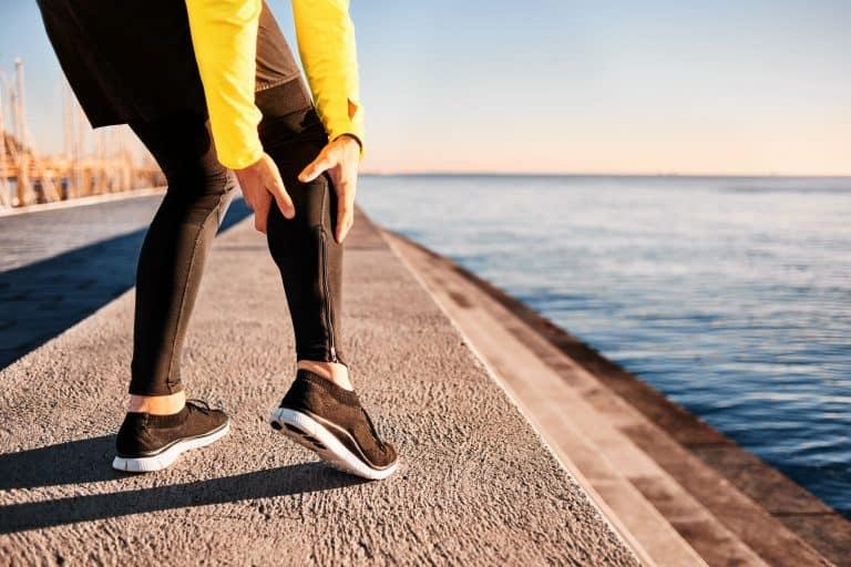 Läufer greift sein Bein
