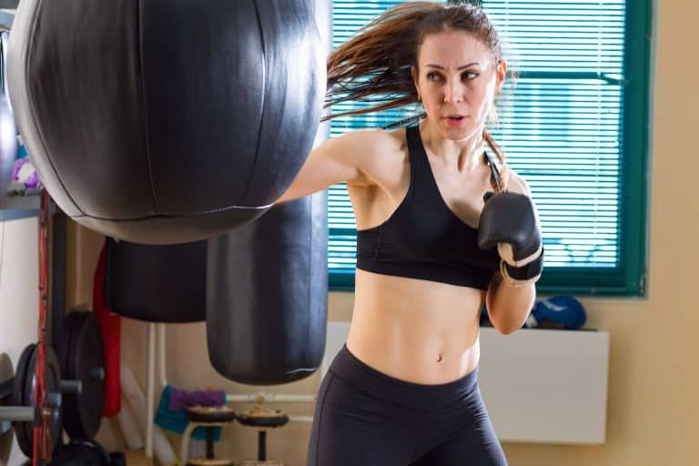 Frau beim Boxen mit Boxball