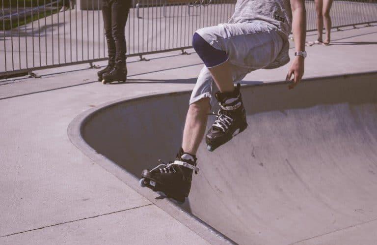 Aggressive Skates in der Halfpipe