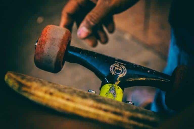 Hand mit Skateboard