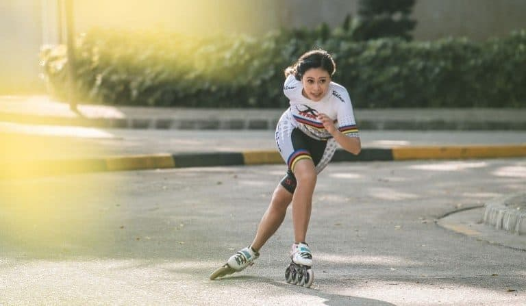 Mädchen mit Speedskates auf Straße