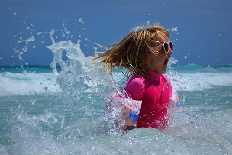 Kind in Lycra im Wasser