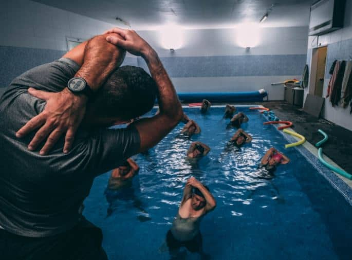 Sportgruppe im Schwimmbad