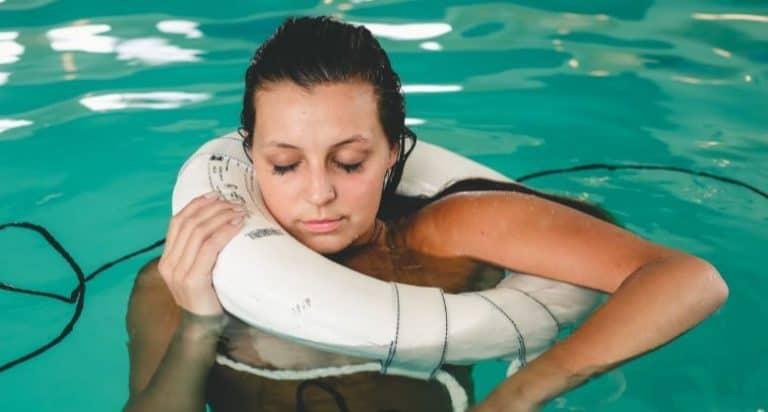 Frau mit Schwimmreifen