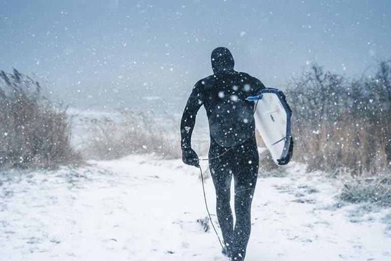 Surfer im Schnee