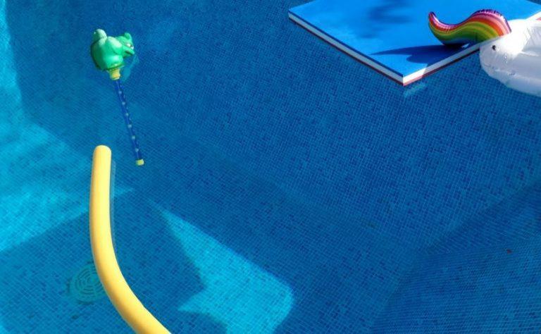 Schwimmnudel im Pool