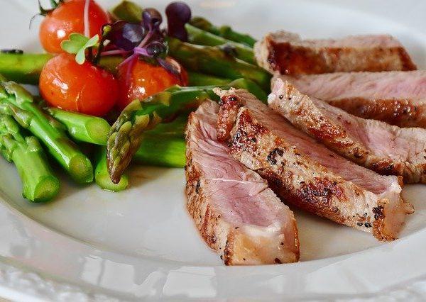 Das hier abgebildete Gericht ist ein Beispiel für die Low Carb Diät. Fleisch enthält viele Proteine, der Spargel dient als Beilage und liefert Vitamine. <br /></noscript>(Bildquelle: RitaE / Pixabay)