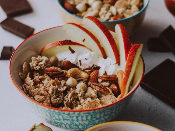 Müsli ist eine sehr leckere Quelle für Omega 3 Fettsäuren. Hier können Nüsse und Samen ganz einfach integriert werden. (Bildquelle: Gaby Yerden / Unsplash)