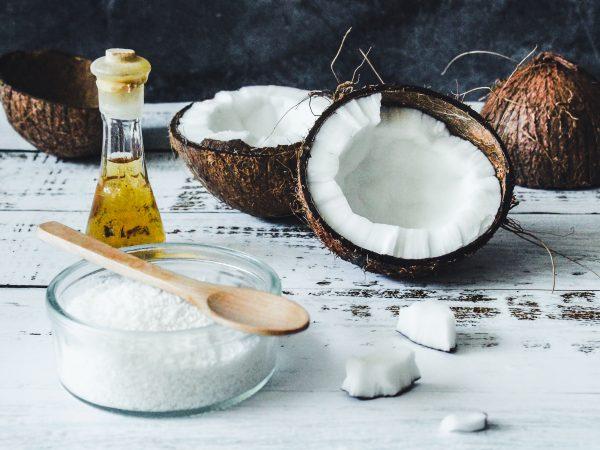 Kokosmehl kann in zahlreichen Rezepten verwendet werden und durch die starken Nährwerte kann dem Körper somit vollkommen unbemerkt zu einer höheren Leistungsfähigkeit und einem stärkeren Immunsystem verholfen werden. Bildquelle: Tijana Drndarski/123rf