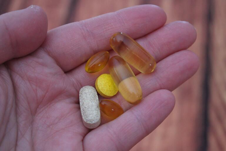 vitaminas en una mano